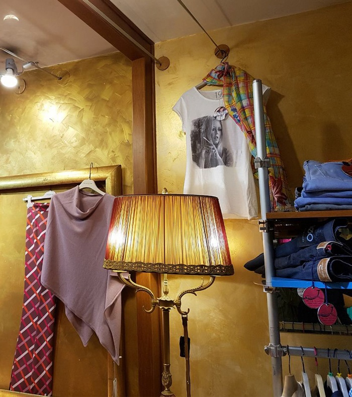 Boutique Asolo: pareti dipinte effetto oro con Isorelief Gold e Isosand