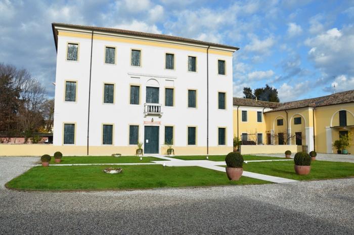 Villa Castagna (TV) - pareti: pittura silossanica Isocolor - balconi: smalto lucido Isocolor